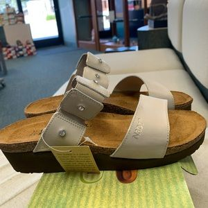 NEW Naot slip on sandal in dusty silver. Size 37